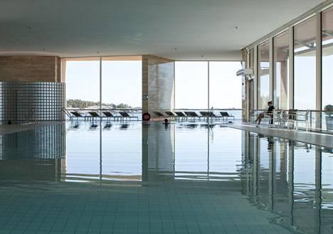 Hangossa sijaitsee kylpylä, jonka allas on kuin ääretön infinity pool.