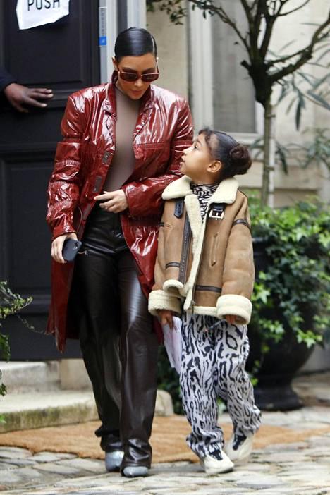 Kim Kardashian North-tyttärensä kanssa maaliskuussa 2020.