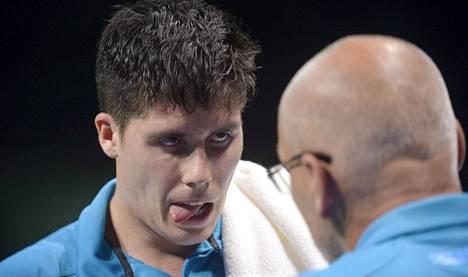 Benedek Oláh kuunteli tarkasti Mattian Bergkvistin ohjeita olympiaturnauksen avauskierroksen ottelussaan, jossa hän kaatoi Singaporen Chen Fengin.