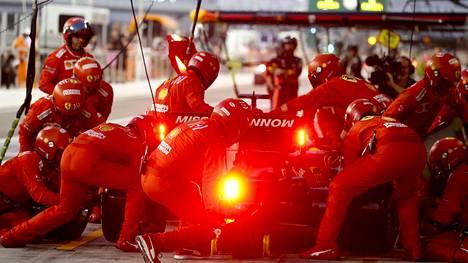 Ferrarin F1-talli karsii paikalla olevaa varikkohenkilöstöään.