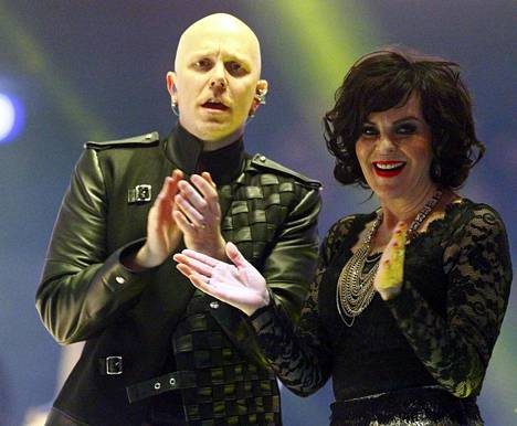 Toni Wirtanen ja Paula Koivuniemi ovat esittäneet yhdessä Apulannan Anna mulle piiskaa -kappaletta.