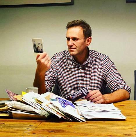 Aleksei Navalnyi luki hiljattain sosiaalisessa mediassa julkaisemassaan kuvassa tukijoiltaan postitse saamiaan viestejä.