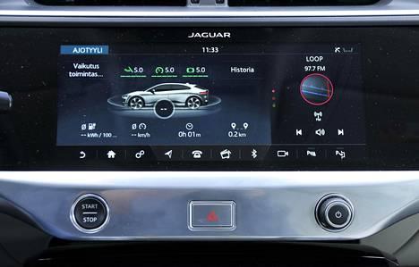 Keskikonsolissa on kaksi erillistä näyttöä. Ylemmästä voi seurata muun muassa oman ajotavan vaikutusta energian kulutukseen.
