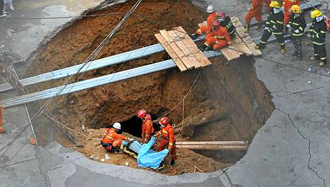 Maahan repesi Kiinassa yllättäen halkaisijaltaan kymmenmetrinen reikä.