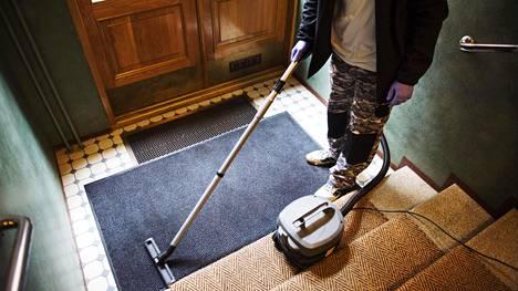 """Siivoojat avautuvat asiakkaiden tekemistä ansoista – kolikkotemppu napsahti omaan nilkkaan: """"Talon kyylä asialla"""""""