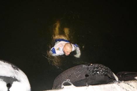 Pintaveden lämpötila Helsingissä on Ilmatieteen laitoksen mukaan asteen verran lämpöä, mutta se ei uimareita haitannut.