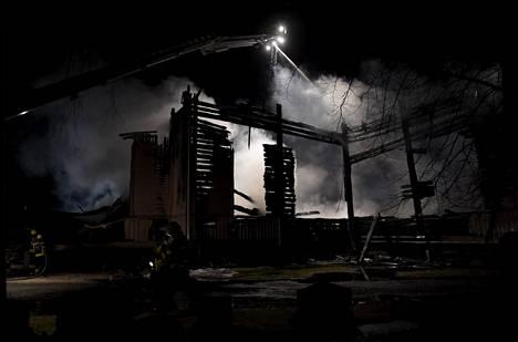 Ylivieskan kirkon savuavat rauniot pääsiäissunnuntain vastaisena yönä.