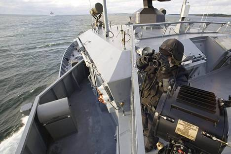 Matruusi tähystämässä miinalaiva Hämeenmaan kannella vuonna 2007. Hämeenmaa ja kaikki muut Merivoimien taistelualukset kuuluvat päivystysvelvoitteen piiriin.