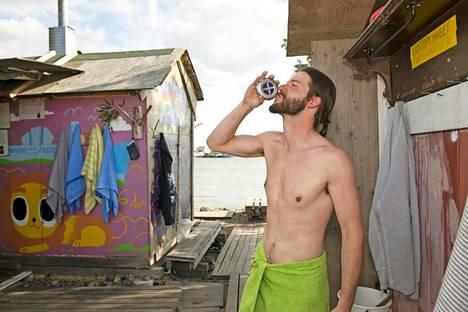 Sompasaaren rannan sekasauna on kävijöille ilmainen. Gary Barbon nauttii kesäillasta löylyjen välillä.