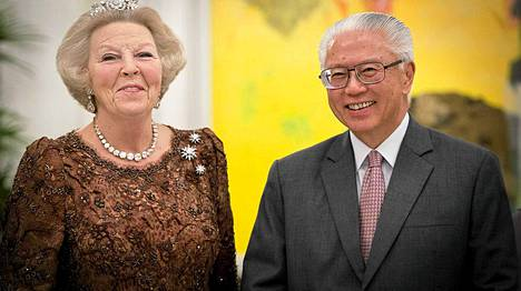 Kuningatar Beatrix ja presidentti Tony Tan Keng Yam poseeraavat valokuvaajille.