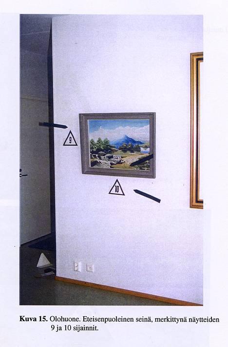 Volkan Unsalin verta. Olohuone. Eteisenpuoleinen seinä, merkittynä näytteiden 9 ja 10 sijainnit.