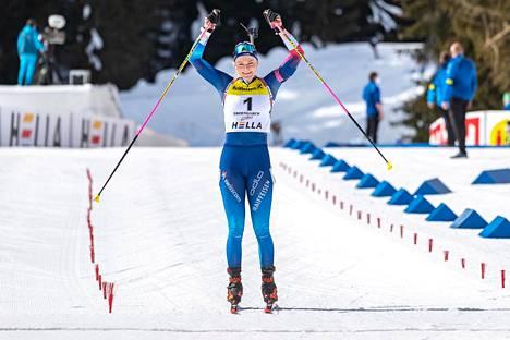 Amy Baserga riemuitsi voittoaan nuorten MM-kisoissa.