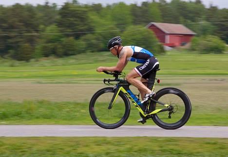 Triathlonpyörä on suunniteltu niin, että se säästää lihaksistoa hieman pyöräilyn jälkeen tulevaan juoksuun. Miika Lahtela uskoo, että matkasta tulee varmasti rankka, mutta ikimuistoinen.