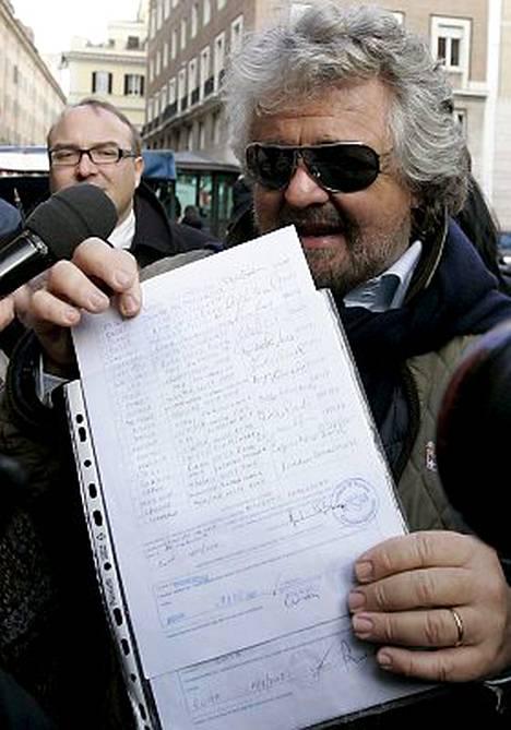 Beppe Grillo toimitti perjantaina maansa parlamenttiin 350000 italialaisen allekirjoittaman lakialoitteen, jossa vaaditaan, etteivät rikoksesta tuomitut henkilöt saa asettua ehdolle parlamenttiin.