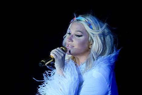 Tältä Kesha näytti heinäkuun alussa Indion keikallaan.