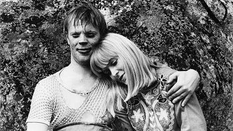 Uuno Turhapuro (Vesa-Matti Loiri) ja Elisabeth Tuura (Marjatta Raita) ovat suomalaisen elokuvan klassinen pari.