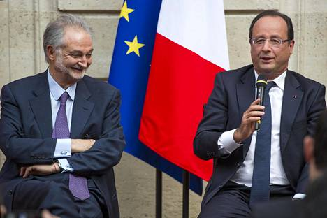 Jacques Attali ja Ranskan presidentti Francois Hollande naurattivat yleisöä syyskuussa 2013.