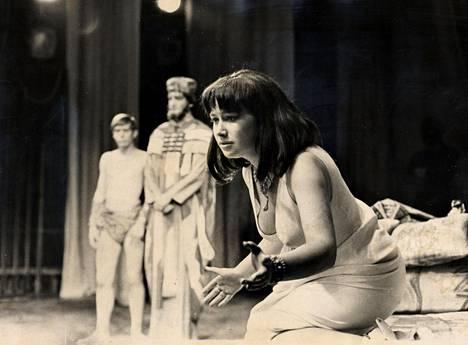 Vuonna 1965 Helen Mirren oli 19-vuotias, kun hän näytteli The National Youth Theatren riveissä Cleopatraa. Näytelmä oli Anthony & Cleopatra.