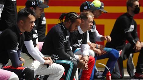 F1-kuljettajista suurin osa polvistui jo totuttuun tapaan ennen kansallislaulua Britannian GP:n alla.