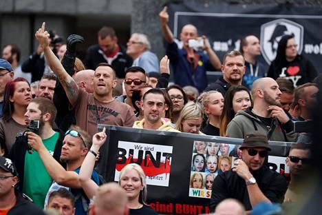 Arvioiden mukaan Chemnitzissä oli maanantaina 7000 mielenosoittajaa, joista ainakin 6000 edusti kovan linjan äärioikeistoa.