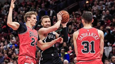 Chicago Bullsin Lauri Markkanen ja Tomas Satoransky pyrkivät pysäyttämään Brooklyn Netsin Dzanan Musan.