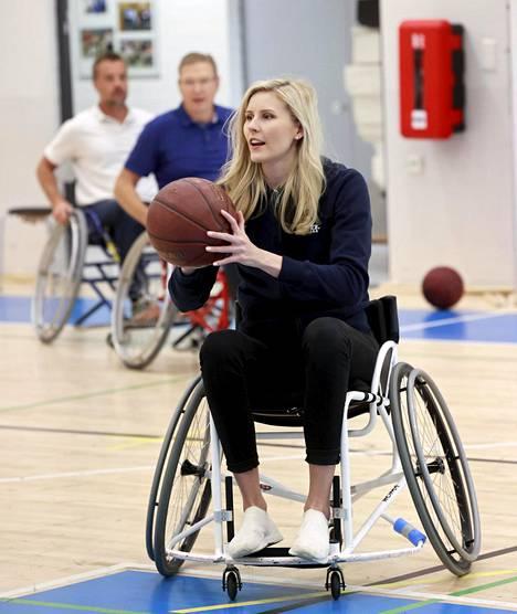 Juniorina koripalloa pelaanneen Kristiina Mäkelän heitto kulki myös pyörätuolista.