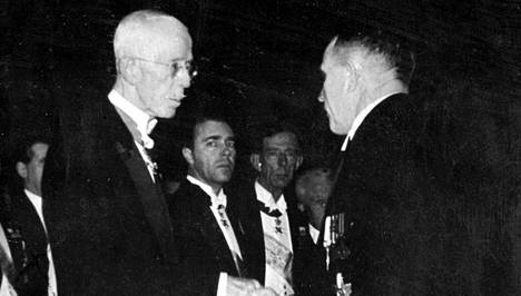 A.I. Virtanen vastaanottaa Kemian nobelia.