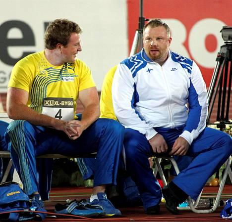 Arsi Harju palasi kilpakentille vielä vuonna 2011. Kuva saman vuoden Ruotsi-ottelusta. Vasemmalla Niklas Arrhrenius.