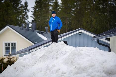 Kajaanilaisen Jari Tervosen kotipihalta on kolattu melkoinen lumivuori tänä talvena.