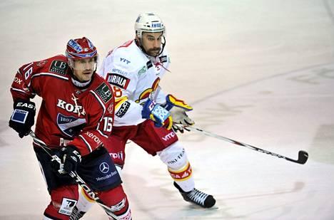 """Ville Peltonen ja Semir Ben-Amor syksyllä 2012. Ben-Amor myöntää nyt ensi kerran, että Peltoseen kohdistunut hyökkäys ei tapahtunut hänen omasta aloitteestaan vaan """"päätettiin"""" vaihtopenkillä kesken IFK-ottelun."""