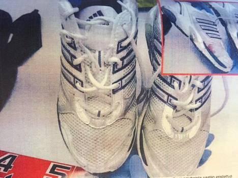 Poliisi löysi syytetyn taloyhtiön roskakatoksesta sekajätteiden seasta uhrin vereen tahriintuneet Adidas-lenkkarit.