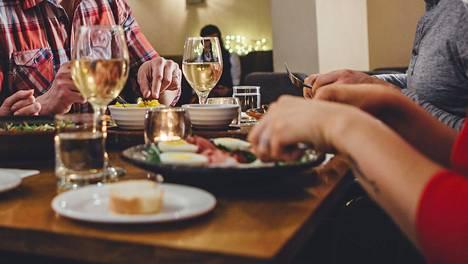 Ravintoloiden aukioloaikoja ja asiakasmääriä on rajoitettu voimakkaasti.