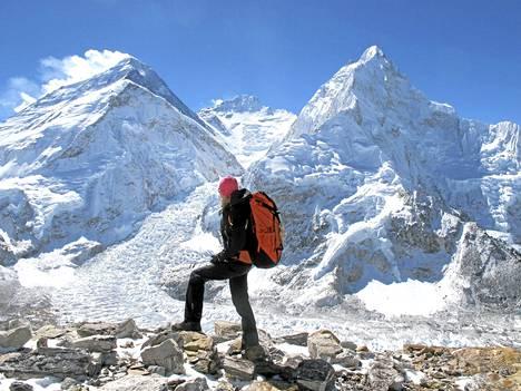 Anne-Mari Hyryläinen Pumorissa, taustalla Everest ja Lhotse.