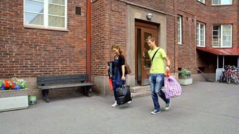 Viola ja Esa muuttavat Esan asuntoon.