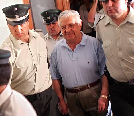 Manuel Contreras johti 1970-luvulla Chilen salaista poliisia DINA:ta. Hänen on sanottu olleen maansa toisiksi pelätyin mies heti diktaattori Augusto Pinochetin jälkeen. Kuva otettu vuonna 2005, jolloin Chilen korkein oikeus käsitteli Contrerasin tuomiostaan tekemää valitusta.