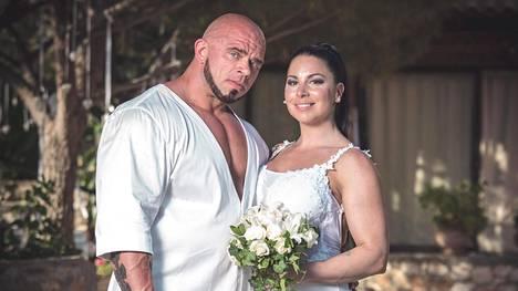 Pariskunta oli pukeutunut klassisesti kokovalkoisiin hääpäivänään.
