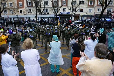 Espanjan armeijan sotilaat antoivat kiitosaplodit terveydenhuollon henkilöstölle Madridissa maanantaina.