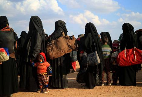 Isisin alueelta paenneet perheet odottivat turvatarkastukseen pääsyä kurdijoukkojen tukikohdassa.