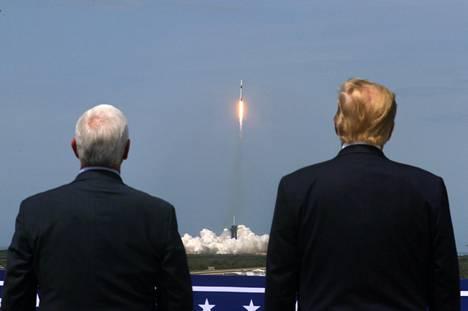 Varapresidentti Mike Pence seurasi historiallista tapahtumaa presidentti Trumpin rinnalla.