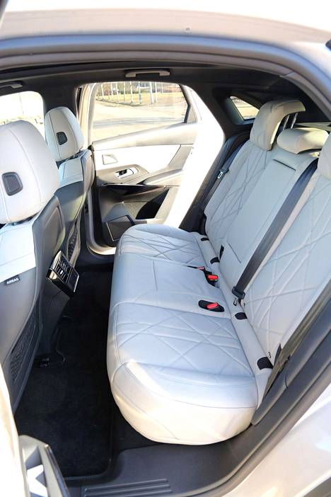 Nelivetoisen DS 7 -pistokehybridin takapenkillä on mukavasti tilaa, vaikka ajoakku on penkin alla.