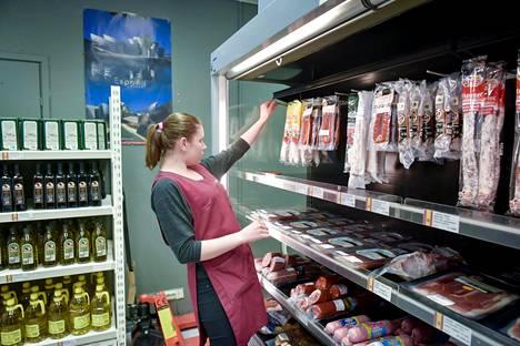 Suomessa varttunut venäläisjuurinen Darja Soubatch myy Espa-marketissa espanjalaisia lihatuotteita ja juustoja ja palvelee yhtä sujuvasti sekä suomeksi että venäjäksi. Asiakkaista suuri osa on venäläisiä, jotka eivät halua syödä kotimaansa juustoja.