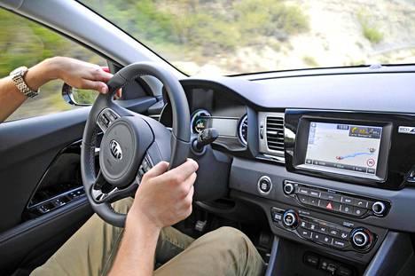 Sisätilojen suunnittelussa Kia ei ole ottanut riskejä. Kuljettajan eteen avautuu tasaisen selkeä, jopa vaatimaton näkymä. Navigointijärjestelmä sisältyy hintaan kaikissa muissa paitsi alimmassa LX-varustelussa.