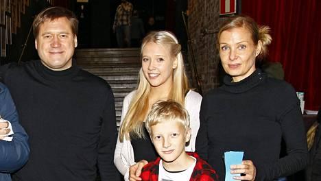 Samuli Edelmann on parhaillaan Suomessa Laura-vaimonsa sekä pariskunnan lasten Venlan ja Ilmarin kanssa.