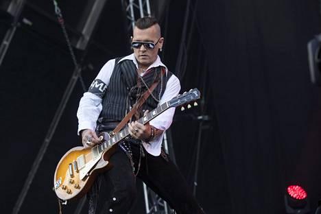 Depp piti kitaraansa alhaalla soittaessaan.