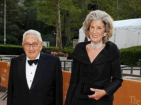 Legendaarinen yhdysvaltalainen politiikan vaikuttaja Henry Kissinger Nancy-vaimonsa kanssa oli todistamassa Karita Mattilan suoritusta Metropolitan-oopperassa.