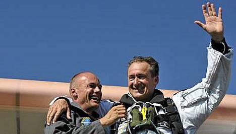 Solar Impulsen johtaja Bertrand Piccard ja lentäjä Andre Borschberg juhlivat onnistunutta lentoa.
