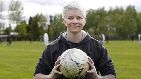 Heidi Foxell palasi jalkapallon pariin.