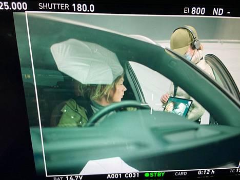 Näyttelijä Sari Siikander keskustelee ohjaaja Anssi Määtän kanssa videoyhteyden kautta. Padia pitelee käsissään apulaisohjaaja Krista Hannula.