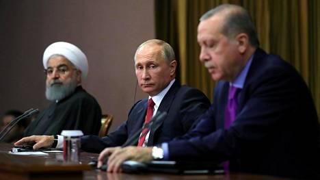 Iranin presidentti Hasan Ruhani (vas), Venäjän Vladimir Putin ja Turkin Recep Tayyip Erdogan tapasivat Sotshissa marraskuussa.
