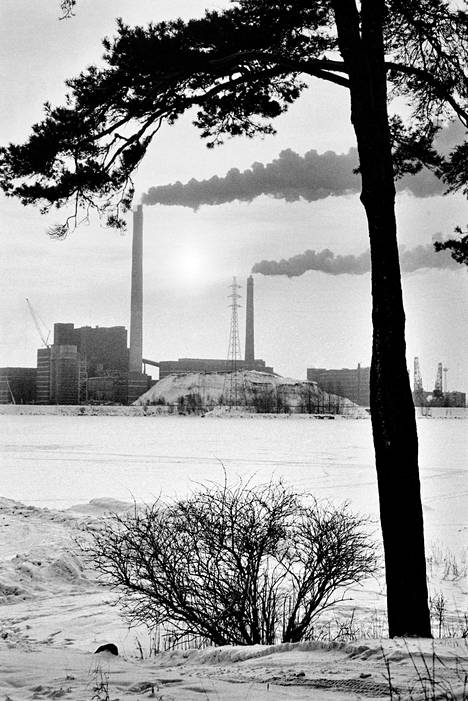 Hanasaaren voimalaitos Helsingissä tammikuussa 1987.